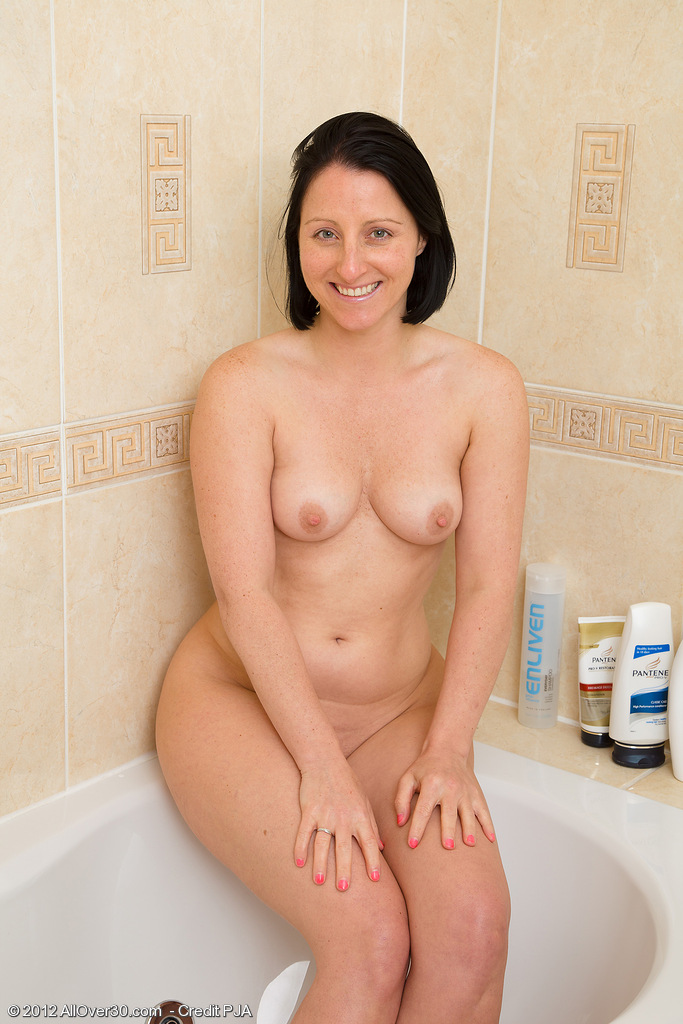39 Year Old Amber L Gets  Nude and Has a Hot Pee in the Bath