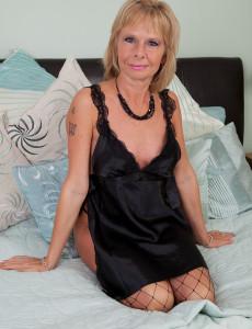 Old Pornstar Cathy Oakley in Ebony Fishnet Stocking Show Her Burger