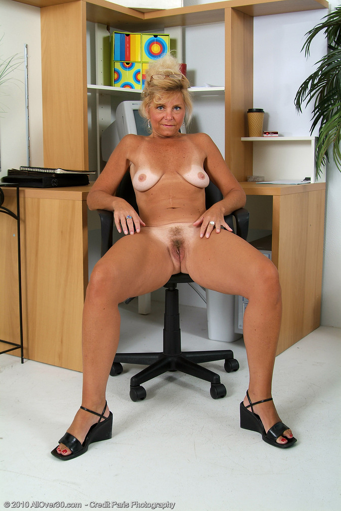 from milfs30 exposes hot tan lines and snatch cri001002002731016