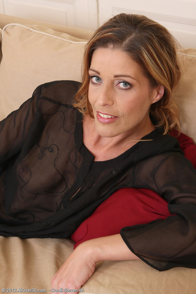 39 Year Old Linda Cain from Crams Her Fingers into Her  Older  Vulva