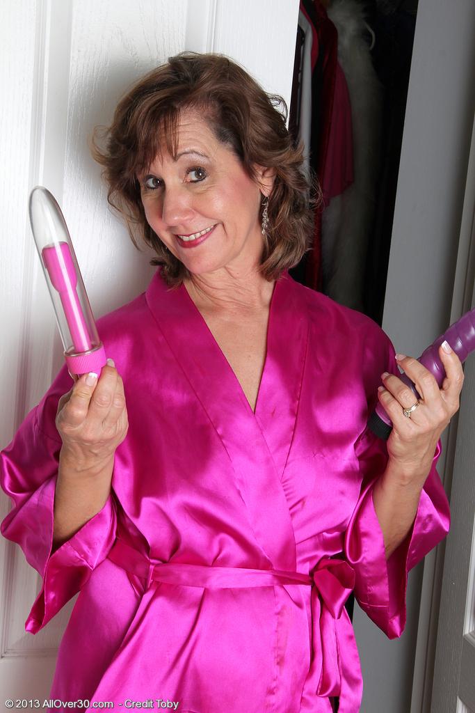 Hot 53 Year Old Lynn from  Milfs30 Loving a Waterproof Magic Wand