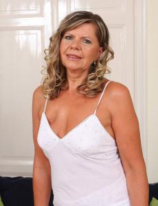 56 Year Old Samantha P from  Milfs30 Pulls Her  Older  Cunt Wide