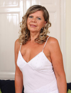 56 Year Old Samantha P from  Milfs30 Pulls Her  Older  Hoo Ha Broad