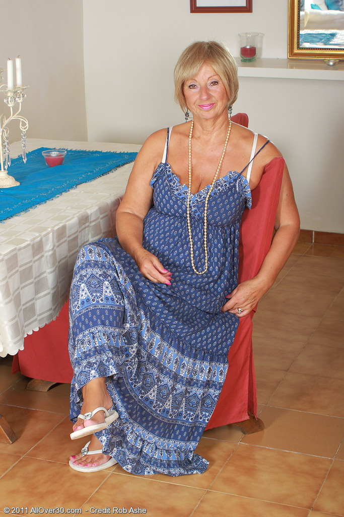 At 62 Years Old Samatha T Keeps Her Older  Fuckbox Tidily Hairless