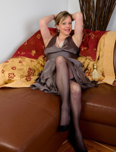 Elegant 45 Year Old Velvety Hips Lou from  Milfs30 Gets  Nude