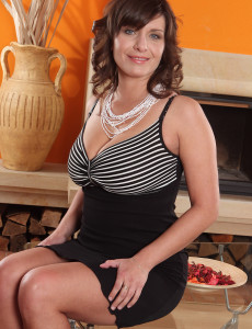 Elegant 30 Year Old Sophia M from  Milfs30 Shows Offbig Boobs