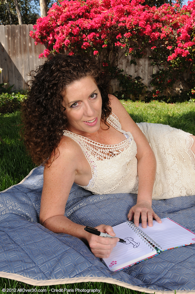 Handsome  Brown Haired  Mom Tammy Sue from  Milfs30  Opens Her Gams Outside