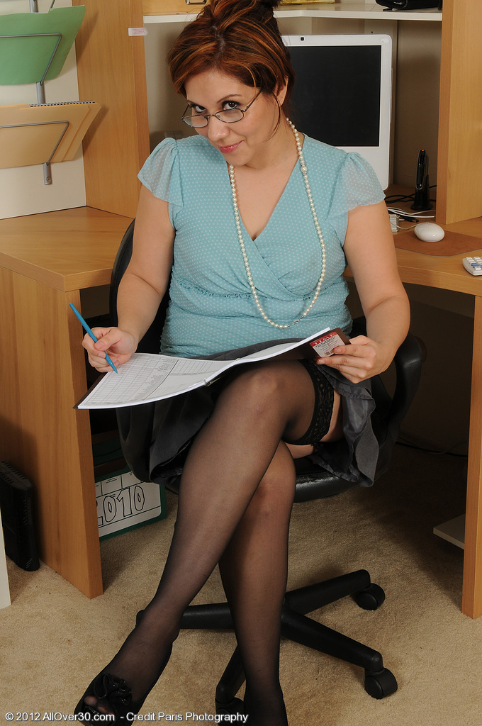 Office Gal Veronica Devil Takes a Break from Work to Spread Hairy  Slit