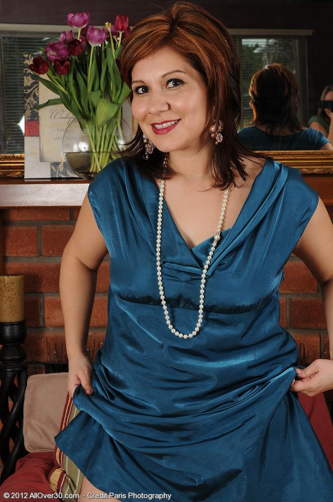 Elegant  Cougar Veronica Devil Slides off Her Dress and  Opens Her Gams