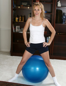 Blond Haired Fitness  Cougar Waina from  Milfs30 in a Bare Workout