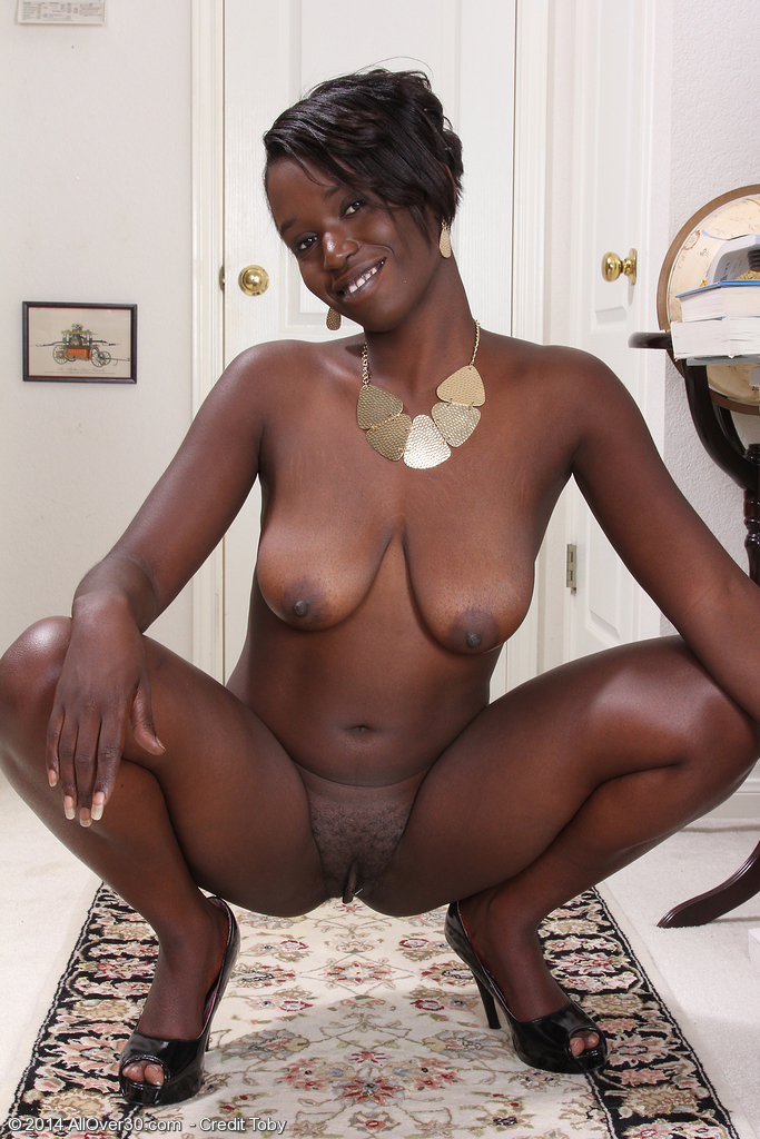 Absolutely Ebony mom pussy spread with
