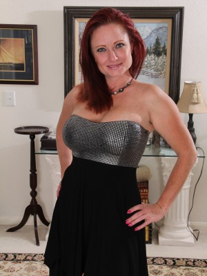 Hot 38 Year Old Redheaded Shelly Jones Looking Elegantly Nude