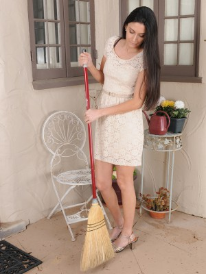 Hot Ebony Haired Nikki Daniels Shows off Her Hairy Box Outdoors