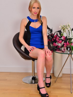 Elegant  Blond Haired 37 Year Old Tracey Lain Gets Comfortable for you personally