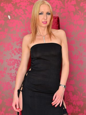 Beautiful and stylish Tracey Lain Slowlu Unwraps at a Negative Balance Room