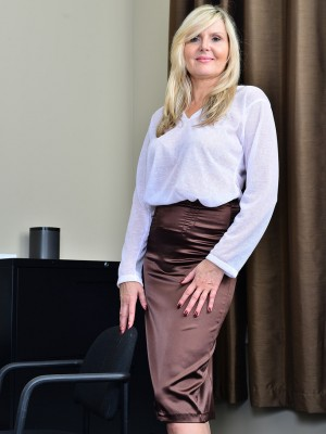 Blond Businesswoman Velvet Skye Shows Exactly How She Functions It Inwards Bare