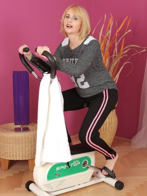 Sexy  Cougar Jennyfer B Invites United States to Watch the girl Workout and Get Bare