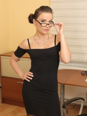 Gorgeous Secretary Niki Sweet Looks Amazing Inside The Woman Hip Tall Pantyhose