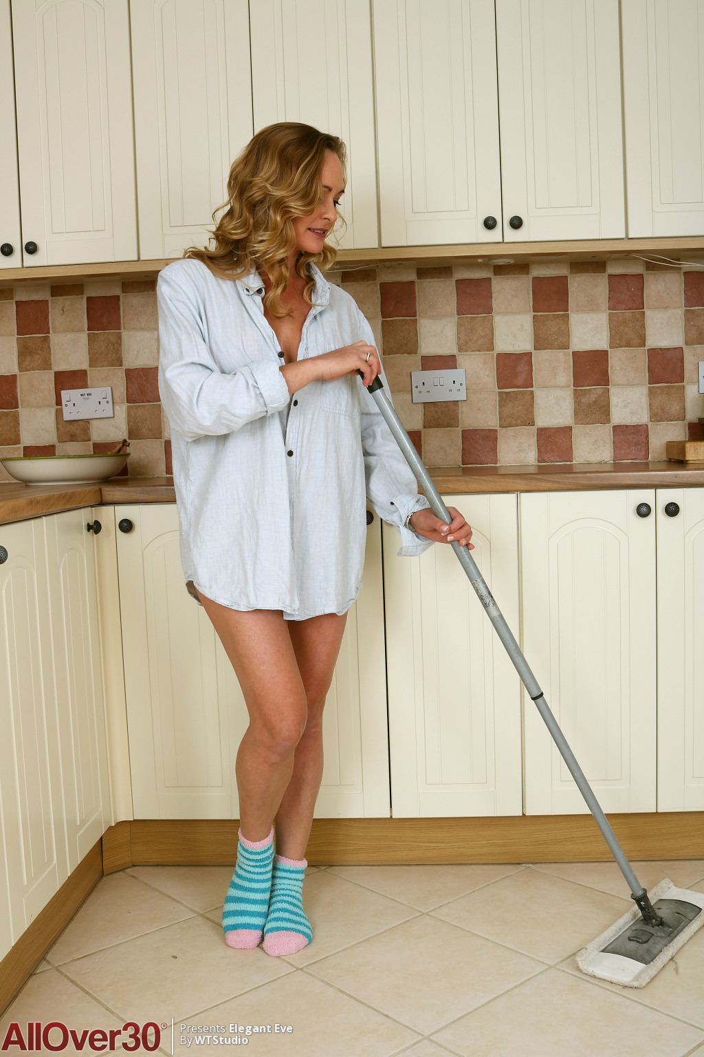 elegant-eve-mopping-the-kitchen-01
