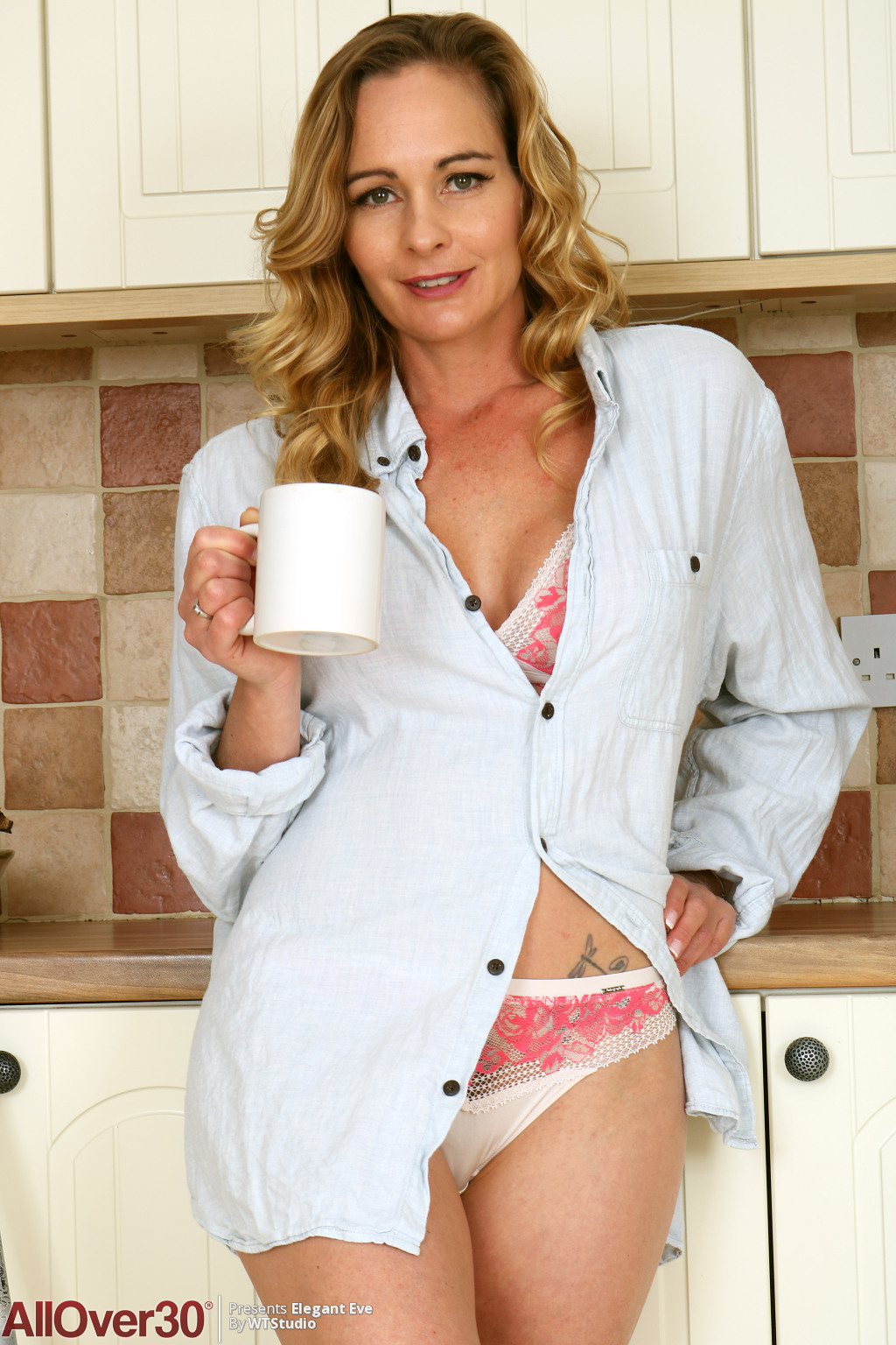 elegant-eve-mopping-the-kitchen-02