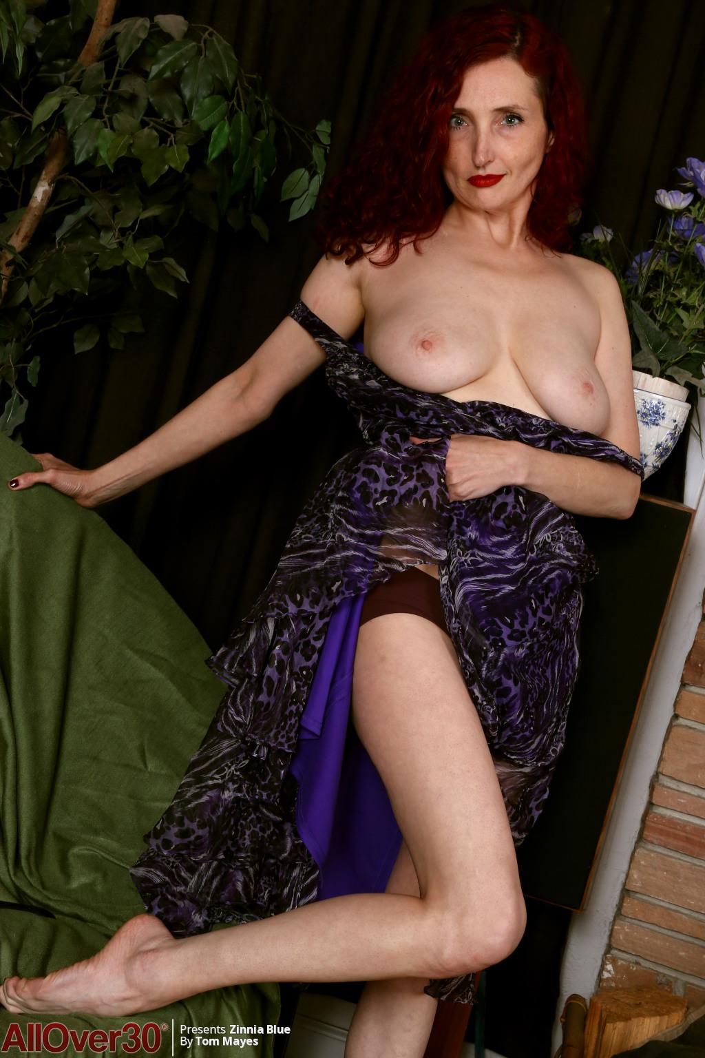 zinnia-blue-long-sexy-legs-05